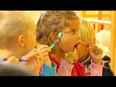 Kinderen zingen heel graag liedjes. Als ze naar de crèche gaan leren ze daar veel liedjes en die zingen ze thuis dan ook, maar het duurt even voordat je doorhebt welk liedje de kleine dan precies z…