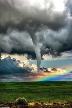 Previous pinner: Tornado y arco iris, Colorado. Me: This looks cobbled together and fake as all get-out!