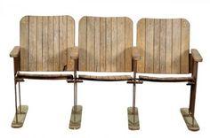Cette série de 3 sièges de cinéma nous arrive tout droit d'un ancien cinéma de Bombay. Cette série est assez légère, mais les pieds métalliques sont fixés sur de petites pièces de bois pour une meilleure stabilité de l'ensemble. Les sièges sont fixes (non rabattables). Effet déco garanti dans un salon ou une salle d'attente! Origine : Inde. Dimensions : H79 x L141 x P56 www.narreo.fr
