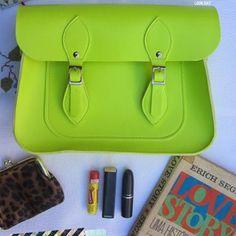 Bolsa Croisfelt Satchel Carteiro Feminina 11'' alça transversal fecho magnético, cor amarela - À venda e a pronta entrega em nossa loja www.monicacroisfelt.com.br #retro #vintage #fashion #moda