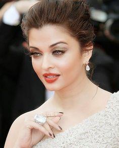 saturday - whatever it takes - Aishwarya Rai Aishwarya Rai Makeup, Actress Aishwarya Rai, Aishwarya Rai Bachchan, Bollywood Actress, World Most Beautiful Woman, Most Beautiful Indian Actress, Beautiful Eyes, Beautiful Actresses, Gorgeous Hair