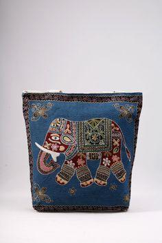 Μεγάλη υφασμάτινη τσάντα σε εκρού και μπλε, για τη θάλασσα και την αγορά. ΚΩΔ.: 717.029 ΤΗΛ: 2510241726 Wallet, Bags, Fashion, Handbags, Moda, Fashion Styles, Fashion Illustrations, Purses, Diy Wallet