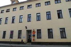 Es una oficina de coreos. Está en la calle Elišky  Přemyslovny cerca del plaza, y enfrente del  eschuela.