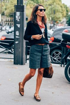 Bermudas and Gucci loafers Mode Outfits, Short Outfits, Casual Outfits, Summer Outfits, Outfit Loafers, Gucci Loafers, Look Short, Outfits Mujer, Shirt Tucked In