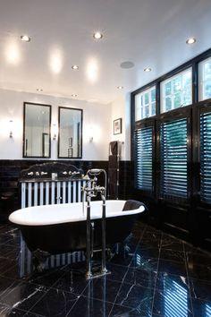 Klasyczna łazienka.  Zobacz więcej na: https://www.homify.pl/katalogi-inspiracji/54726/lazienka-czarno-biala-10-pomyslow