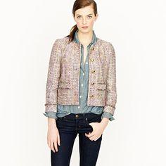 La chaqueta tweed es quizá la pieza mas iconica de la casa Chanel, pero sus dos piezas de chaquetas y faldas blancas y negras también lo son...
