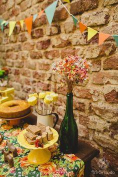 As bandeirinhas de festa junina não podem faltar assim como as comidas do coração: milho cozido, paçoca, bolo de fubá, doce de leite e pé de moleque. Festa junina: decoração e tradição