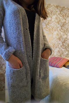 Minua palelee aina. Tai no, noin yhdeksän kuukautta vuodesta. Putkeen. Sisällä tai ulkona. Olen pitkään haaveillut villatakista, jossa ei t... Diy Projects To Try, Handicraft, Knit Crochet, Blazer, Knitting, Crafts, Clothes, Dresses, Patterns