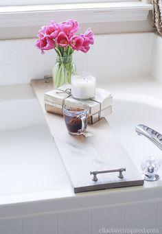 Ce plateau de baignoire bricolage facile est idéal pour organiser votre boisson et votre livre préféré pendant que vous trempez!
