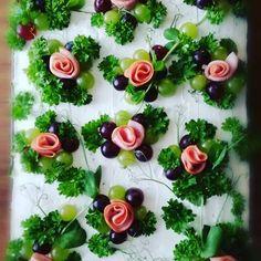 #voileipäkakunkoristelu #voileipäkakku #lihavoileipäkakku #cremebonjour #kinkkuruusut #sandwichcake #ominpikkukätösin #sunnuntaipuuhaa