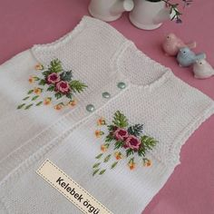 25 Baby Vest Shawl Knitting Pattern With Embroidered Floral Twist - Bebek yelek Baby Knitting Patterns, Knitting For Kids, Knitting Stitches, Baby Poncho, Crochet Baby Cardigan, Big Knit Blanket, Big Knits, Baby Sweaters, Baby Dress