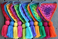 Crochet and tassels: Granny bunting giveaway Crochet Home, Love Crochet, Diy Crochet, Crochet Crafts, Yarn Crafts, Crochet Flowers, Crochet Projects, Bunting Pattern, Crochet Bunting