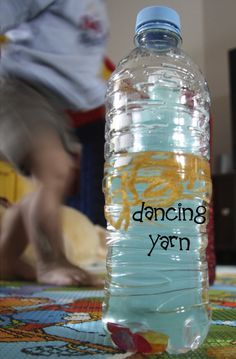 DIY Discovery Bottle Dancing Yarn - May need to make this for my little one (she loves playing with water bottles) Easy Science, Preschool Science, Science For Kids, Preschool Ideas, Craft Ideas, Sensory Activities, Infant Activities, Sensory Bins, Discovery Bottles