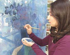 明日よりあべのハルカス近鉄本店にて個展を開催される阿部千鶴先生のアトリエを訪問させて頂きました!    アトリエには制作途中の作品やたくさんの画材、可愛らしいインテリアが置かれていました。―絵は小さい頃から描いていたんですか?