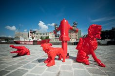 Cloned red Krocky with scarf, cloned red Bouly with boots and cloned red bloodhound with backpack. Willemdok in Antwerp. WIlliam Sweetlove is the artist :-)