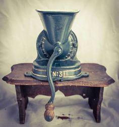 Bekijk dit items in mijn Etsy shop https://www.etsy.com/nl/listing/540047707/antique-no-3-coffee-grinder-blue-gold