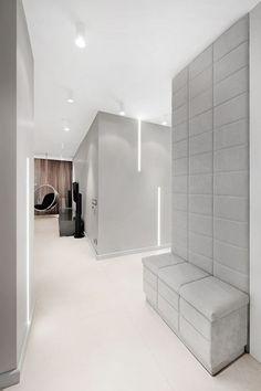 banc entrée et mur attenant avec revêtement rembourré aspect velours gris clair