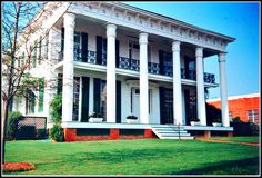 Thompson Plantation ~ Montgomery, Al. The 1850 Greek Revival-style relocated from Tuskegee. Southern Homes, Southern Style, Beautiful Homes, Beautiful Places, Greek Revival Home, Southern Plantations, Sweet Home Alabama, Historic Homes, Vacation Spots