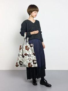 ニットとロングプリーツスカートの大人カジュアルモノトーンにマリメッコのバッグをコーディネート。アースカラーの花柄は大人っぽく上品な印象にしてくれます。