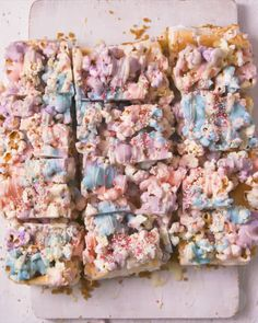 Unicorn Popcorn Treats If you have a major sweet tooth, you will LOVE these party treats. Popcorn mixed with triple-coloured white chocolate in. Popcorn Mix, Sweet Popcorn, Candy Popcorn, Popcorn Cones, Party Treats, Party Snacks, Popcorn Recipes, Gourmet Popcorn, Unicorn Foods