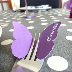 Butterfly table name card in a fork - table setting idea - marque place fourchette papillon Cards On The Table, Table Name Cards, Butterfly Table, Butterfly Party, Birthday Table, Diy Birthday, Diy Place Cards, Cards Diy, Diy And Crafts
