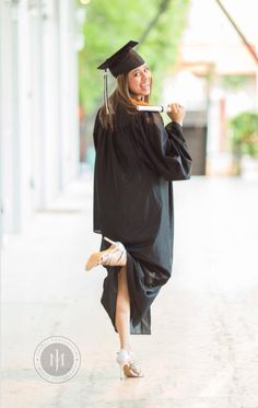 22 senior portrait pose cap and gown senior photography Graduation Picture Poses, College Graduation Pictures, Graduation Portraits, Graduation Photoshoot, Graduation Photography, Grad Pics, Senior Photography, Graduation Ideas, Portrait Photos