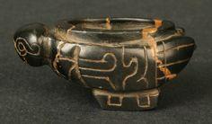 Pertenece a la cultura Chavin Materiales: Piedra Periodo: 700- 400 a.C. Medidas: 16mm de alto x 38mm de largo x 21mm de ancho Código de pieza: MCHAP 3360