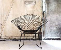 Der Bertoia Diamond Sessel ist wie der Eames Chair eine Ikone zeitgenössischer Einrichtung. Harry Bertoia war gebürtiger Italiener und wie die meisten Erfinder eines Designklassikers eigentlich Künstler. Sein legendärer Entwurf von 1952 wirkt wie eine Skulptur – sagen wir ein Tuch aus Gitter – und strahlt je nach Betrachtungswinkel und Lichteinfall wie ein Diamant. Wichtiges Must-Have für