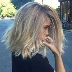 Perfect Cut and Color for Summer - Dark Blonde Roots & Light Ends Lob blond, 31 Lob Haircut Ideas for Trendy Women Dark Blonde Hair Color, Blonde Roots, Short Blonde, Messy Blonde Hair, Short Ombre, Mid Length Blonde Hair, Hair Color For Tan Skin, Beach Blonde Hair, Blonde Ends