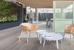 La caffetteria e zona lounge creata da Grzywinski + Pons nell'hotel londinese Urban Villa prosegue outdoor, con ampia veranda pavimentata in parquet di rovere resistente all'umidità e arredata con mobili su misura dai toni chiari e luminosi