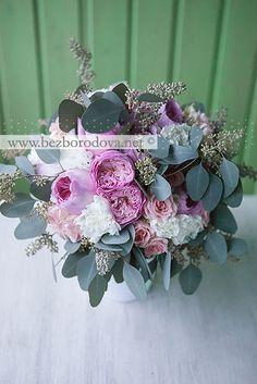 Нежный свадебный букет из пионовидных роз с эвкалиптом