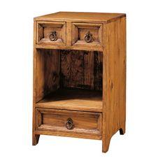 Mesilla fabricada a mano en madera de pino maciza. Está compuesta por tres cajones y un espacio libre. Tiene un acabado teñido y encerado