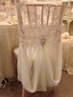 une jolie décoration pour mariage avec un voilage blanc pour les chaises