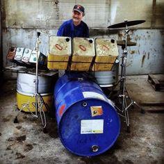 Poslední angažmá Zdeňka Kapacity Zachara v jistém nejmenovaném hudebním seskupení neskončilo slavně. Ale Zdeněk se nevzdává. Za peníze, které získal sběrem pivních lahví u sušických marketů,  si pořídil nový vercajk. A čeká na nabídky.  A ty se určitě pohrnou...