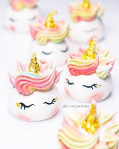 These adorable unicorn meringue cookies are life 🦄They're so pastel and sparkly! Meringue Frosting, Meringue Cookies, Cake Cookies, Meringue Pavlova, Unicorn Foods, Unicorn Cupcakes, Valentines Day Food, Disney Cakes, Cookie Designs