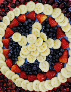 Decorar bandeja de frutas com o escudo do Capitão América é uma ideia simples e divertida para as festinhas com tema de super-herói. Veja como montar!