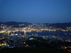 長崎市を一望できる、稲佐山展望台。標高333mの稲佐山の頂上にあります。ここからの夜景は、モナコ、香港と並び、世界三大夜景に認定されたそうです。まさに絶景スポットですね。ロープウェイで麓から山頂まで5分で登れます。ロープウェイ乗り場までは、JR長崎駅から3、4番のバスで7分程度です。