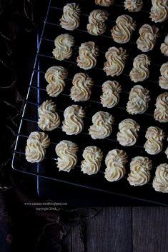 SAGU KEJU - COOKIES TERFAVORIT   Catatan-Nina Meringue Cookies, Cake Cookies, Baking Recipes, Cookie Recipes, Bread Recipes, Indonesian Food, Indonesian Recipes, Thumbprint Cookies, Asian Desserts
