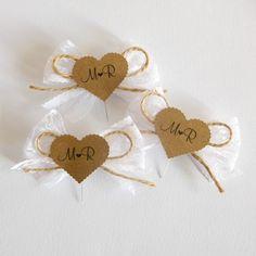 Svatební+vývazky+Svatební+vývazky+z+bílé+krajky,+s+jutovou+mašlí+a+srdíčka+z+kraftové+čtvrtky.+Písmo+i+text+je+ilustrativní,+na+úpravách+se+dohodneme+individuálně.+Cena+za+1+kus. Garden Nursery, How To Make Ribbon, Decoration, Projects To Try, Wedding Inspiration, Presents, Gift Wrapping, Place Card Holders, Valentines
