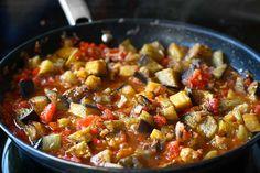 Mâncare de vinete - rețeta turcească Soslu patlıcan | Laura Laurențiu Jamie Oliver, Ratatouille, Pork, Cooking, Ethnic Recipes, Sweet, Fine Dining, Kale Stir Fry, Kitchen
