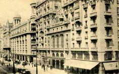 El Teatro Fontalva en los primeros años de la dácada de los 20 del siglo pasado. Y tras pasar la calle siguiente, los Almacenes Madrid-París