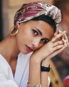 How to take picture of yourself - Scarf hairstyles - Frisuren Hair Scarf Styles, Bandana Styles, Curly Hair Styles, Bandana Hairstyles, Vintage Hairstyles, Party Hairstyles, Wedding Hairstyles, Turban Style, Hair Makeup
