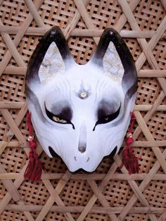 狐面 珊狐 Japanese Fox Mask, Japanese Animals, Japanese Mask, Kitsune Maske, Character Inspiration, Character Design, Oni Mask, Japanese Folklore, Natsume Yuujinchou