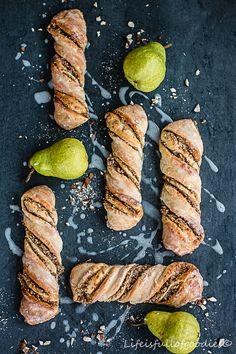 Birnen-Nuss-Stangen aus Birnen-Dinkelteig... Ein leckerer Hefeteig mit Birnenstückchen, gerollt zu köstlichen Stangen mit einer Birnen-Nuss-Füllung. Lecker!