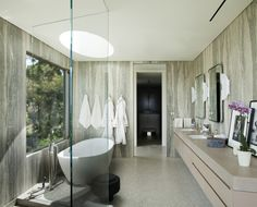 Beverly Hills Situated House Project by Dennis Gibbens Architects luxurious full light bathroom interior Studio Interior, Modern Interior Design, Architecture Design, Bedroom Minimalist, Beverly Hills Houses, Home Decor Quotes, Level Homes, Trendy Home, Beautiful Bathrooms