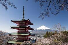 El monte Fuji, con sus 3.776 metros de altitud, es el pico más alto de Japón. Se encuentra entre las prefecturas de Shizuoka y Yamanashi en el Japón central y justo al oeste de Tokio, desde donde se puede observar en un día despejado.