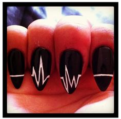 This design is actually what I wanted to get done for me today. But I'm not really a fan of black nail polish because it doesn't compliment my skin that well. Who knows , maybe I'll give it a try in the fall !