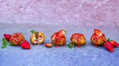 Nemáte rádi dusivé buchty? Zkuste naši jahodovo-smetanovou bábovku! Díky kysané smetaně je krásně vláčná idruhý den arecept je navíc hrníčkový, takže ani nepotřebujete váhu. Tentokrát jsme ji upekli jako minibábovičky apřidali jsme jahodou polevu, ale chutnat bude vjakékoli podobě. Baked Potato, Strawberry, Food And Drink, Baking, Fruit, Breakfast, Ethnic Recipes, Morning Coffee, Bakken