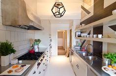Prateleiras são uma opção prática e econômica para organizar a cozinha.