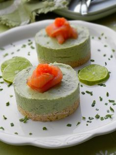 Mini avocado and salmon cheesecakes - Here is a simple, exotic and festive little recipe. These avocado and salmon mini cheesecakes are e - Avocado Cheesecake, Savory Cheesecake, Easy Cheesecake Recipes, Fall Appetizers, Appetizer Recipes, Snack Recipes, Snacks, Mini Cheesecakes, Mini Foods